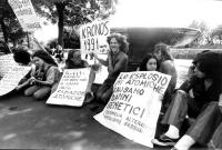 """""""Anni '70. manifestanti Hippy a villa Medici. Sit in con cartelli: """"""""le esplosioni atomiche causano danni genetici"""""""", """"""""Kronos 1991 condanna l'atomica"""