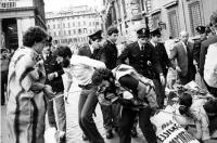 """""""Manifestazione di protesta contro le """"""""Leggi Cossiga"""""""". Calderisi ed altri con cartelloni legati tra loro con catene vengono """"""""convinti"""""""" ad alzarsi"""