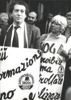 Marco Taradash e Vanna Barenghi con cartelli al collo manifestano per maggiore informazione e contro il proibizionismo  (BN)