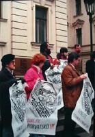 """""""manifestazione radicale a Praga per il riconoscimento di Slovenia e Croazia. Manifestanti (tra cui Pietrosanti) con cartelli logo PR e scritte: """"""""uze"""