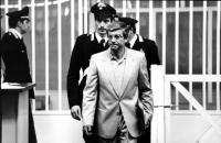 """""""Emilio Vesce durante il processo """"""""7 aprile"""""""", scortato dai carabinieri. (BN)"""""""