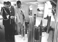 delegazione irachena visita lo stand della Snia BPT in una fiera (BN) Ammiraglio in divisa indica vari proiettili ad un iracheno . Ottima