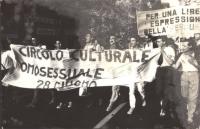 """""""corteo omosessuale, striscione: """"""""circolo culturale omosessuale 28 giugno"""""""" di Bologna Foto deteriorata  (BN)"""