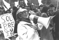 manifestazione contro il concordato, signora anziana, ridendo, tiene in mano un megafono (BN) ottima