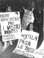 """""""manifestanti con cartelli: """"""""Wojtila paga le tasse. PR Lazio"""""""", """"""""non rimetteteci più i vostri debiti! PR"""""""" (BN) ottima, importante"""""""
