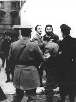 polizia porta via dei passanti (forse Budapest '56)   (BN)