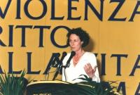 ritratto di Francesca Capuzzo che parla da una tribuna congressuale del PR