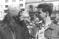 Manifestazione ecologista a difesa dell'ozono. Un manifestante con maschera antigas (BN)  ottima