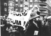 John Bok manifesta a Praga nei giorni della caduta del regime comunista, per questo sarà incarcerato. (BN) ottima importante