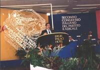 ritratto di Alberto Spanò che parla dalla tribuna congressuale