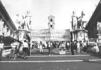"""""""striscione del """"""""Movimento Omosessuale Romano"""""""" durante una manifestazione. sulla scalinata del Campidoglio  (BN)"""""""