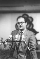 ritratto di Giuseppe De Mita (BN) che parla dalla tribuna del 32° congresso pr I sessione