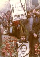 funerale serbo con fiori, candele, scritte in cirillico