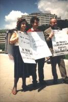 """""""manifestazione con cartelli al collo: """"""""por el derecho y la ley, un partido transnacional por los estados unidos de Europa"""""""""""""""