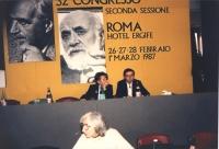 Bonino e Cicciomessere seduti sul palco del 32° congresso del PR II sessione. In primo piano: Adele Faccio. Sullo sfondo foto di Rossi e Spinelli.