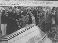 Piazza degli Eroi, la figlia di Imre Nagy depone dei fiori sulla cassa del padre durante il funerale di riparazione in onore del'ex primo ministro e d