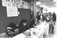 22° congresso del PSDI. Militanti radicali raccolgono iscrizioni al PR. (BN)