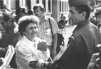 donna disperata prega un soldato jugoslavo (BN)