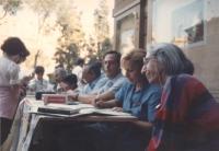 Adele Faccio al tavolo, con altri militanti, per la raccolta di firme sul referendum elettorale che si voterà nel 1993 1051 bis