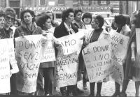 """""""donne con cartelli: """"""""donne senza paura, la democrazia non si tocca"""""""", """"""""le donne per il no alla violenza e al terrorismo"""""""" (BN) importante"""""""