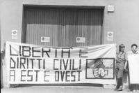 """""""Pina Stango e Laura Terni reggono una striscione: """"""""libertà e diritti civili a est e ovest. Logo PR rosa nel pugno"""""""" davanti all'ambasciata della Ger"""