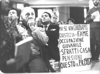 """""""32° congresso PR I sessione. Nella platea (dove siede in primo piano Claudio Villa) un congressista espone un cartello: """"""""ma se non chiudiamo giustiz"""