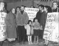 """""""manifestazione radicale davanti all'ambasciata sovietica. Stango, Negri e altri con cartelli: """"""""Sacharov libero è libertà anche per voi. PR"""""""", """"""""diri"""