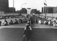 carovana per il disarmo Bruxelles-Varsavia. Tappa a Berlino ovest. Manifestanti in sit-in davanti a Checkpoint Charlie formano un'enorme simbolo della