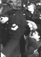 Manifestazione radicale per gli Stati Uniti d'Europa. Un manifestante portato via di peso dalla polizia (BN)