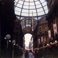 """""""Striscione con su scritto: """"""""salva l'ozono"""""""" viene fatto calare dal tetto della galleria Vittorio Emanuele a Milano. Importante""""  1086bis"""