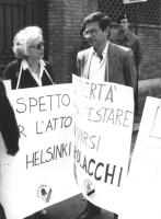 """""""Cicciomessere con un cartello al collo: """"""""libertà di manifestare e di riunirsi per i polacchi"""""""", """"""""rispetto per l'atto di Helsinki"""""""". Logo PR rosa ne"""
