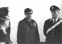 Cicciomessere, giovane, tra due carabinieri, durante il suo processo per renitenza alla leva. Condannato a tre mesi e tre giorni, imprigionato, grazie