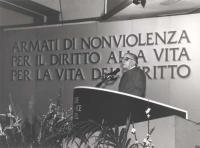 """Stanzani parla alla tribuna del 4° congresso italiano del PR (molto larga, sullo sfondo del banner: """"Armati di non violenza per la vita del diritto"""","""