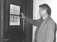 """""""Camera dei Deputati. Gianluigi Melega affigge davanti alla porta del gruppo repubblicano un cartello che recita: """"""""Partito Ricettatori Italcasse"""""""" (B"""