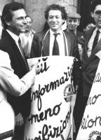 """""""Marco Taradash durante una manifestazione di protesta contro la disinformazione de """"""""Il Messaggero"""""""" (soprannominato """"""""menzognero"""""""") durante le comun"""