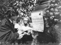 """""""Manifestazione a ponte Garibaldi nell'anniversario dell'uccisione di Giorgiana Masi. Bonino (con Rovasio e Arconti) attacca un cartello: """"""""12 maggio"""