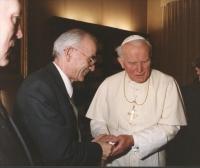 Il sindaco di Sarajevo Kresevljakovic ricevuto in udienza privata dal Papa Giovanni Paolo II che gli stringe la mano.