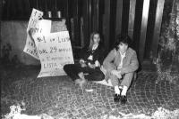 """""""Presentazione liste elettorali. Veglia davanti al tribunale per avere il primo posto sulla scheda. Adelaide Aglietta e un'altra militante sedute per"""