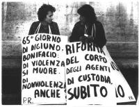 """[digiuno iniziato il 6 gen 77] La segretaria del PR Adelaide Aglietta insieme ad Emma Bonino in Sit in davanti al Ministero Giustizia con cartelli: """""""""""