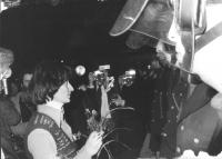 Adelaide Aglietta offre fiori ai poliziotti schierati in assetto antisommossa (BN) ottima, importante. Foto agenzia