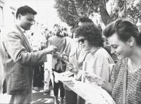 distribuzione di preservativi davanti al Mamiani (liceo Classico di Roma). (BN) ottima. Foto agenzia