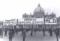 """""""militanti reggono enorme striscione davanti alla cupola di S.Pietro: """"""""aborto depenalizzato, PR, MLD"""""""" (BN) ottima, importante"""""""