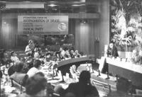 foro internazionale sull'antiproibizionismo sulle droghe. Banner con logo pr. Foto totale dell'assemblea (BN)