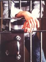 foto di detenuto che poggia le mani sulle sbarre. Significativa