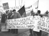 """""""manifestazione a Maastricht per il riconoscimento di Croazia e Slovenia e gli Stati Uniti d'Europa, striscione """"""""partito radicale"""""""" e cartelli: """"""""eta"""