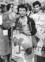 marcia di Pasqua '79, Emma Bonino durante la marcia con un cartello al collo (BN)