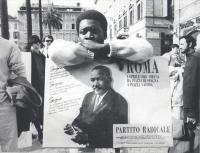 """""""manifestazione in ricordo di Martin Luther King. Africano con cartello rappresentante il leader nero e scritta: """"""""sogno che un giorno…. PR"""""""" (BN) ott"""