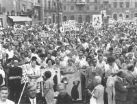 """""""Piazza Navona, manifestazione divorzista. Immagine della folla con cartelli: """"""""Vaticano, basta con la Sacra Rota"""""""", """"""""Lid Catania, divorzio subito"""""""""""