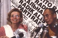 conferenza stampa del Dalai Lama alla sede del PR. Bonino e Dalai Lama, stretta, con logo PR. Ottima, importante