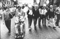 marcia di Pasqua '82. Il premio Nobel Philip Noel Baker, Halfven, Betty Williams, Ugo Vetere (sindaco di Roma PCI) stringe la mano a Jan Fabre, Emma B